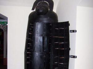 un sarcophage garni de picot, métaphore d'une histoire où le personnage est écrasé par le plan et ne peut plus faire un geste