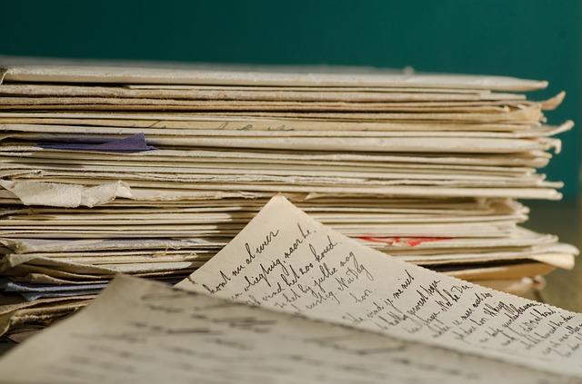 tas de vieilles lettres aux bords racornis qui représentent la méthode pour soigner muse