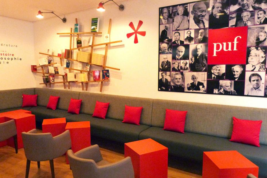 librairie des pufs des sièges rouges et des tables pour travailler