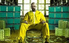 heinsenberg, le héros chauve à lunettes de breaking bad est assis dans sa combinaison jaune devant des seaux de meth, la drogue qu'il fabrique. Ex, de comment rendre un personnage attachant. Pour certaines raisons il va devenir mauvais, et il faudra qu'il aille très loin pour qu'on perde notre empathie pour lui