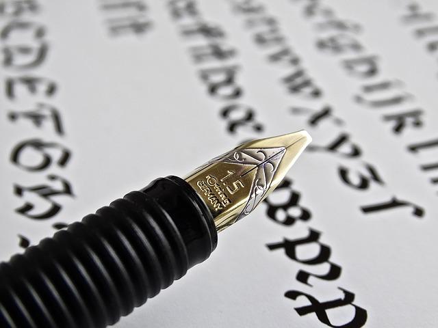 un stylo plume sur une feuille couverte d'écriture