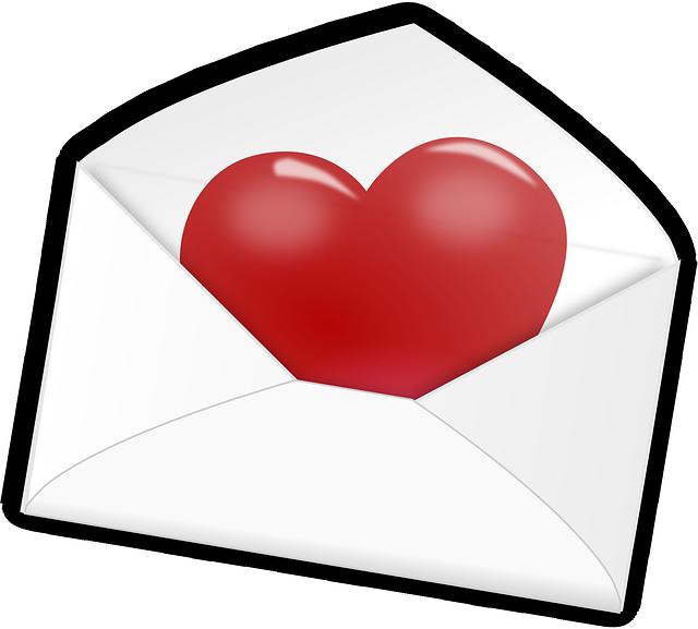 un cœur est caché dans une enveloppe, c'est le centre de votre nouvelle