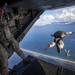 un homme saute en parachute et celui ci n'est pas encore ouvert