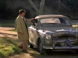columbo avec son imper crado devant sa voiture déglinguée. exemple de comment rendre un personnage vraiment attachant. Il a 200 de QI, sert la justice mais il a un petit côté looser quand même
